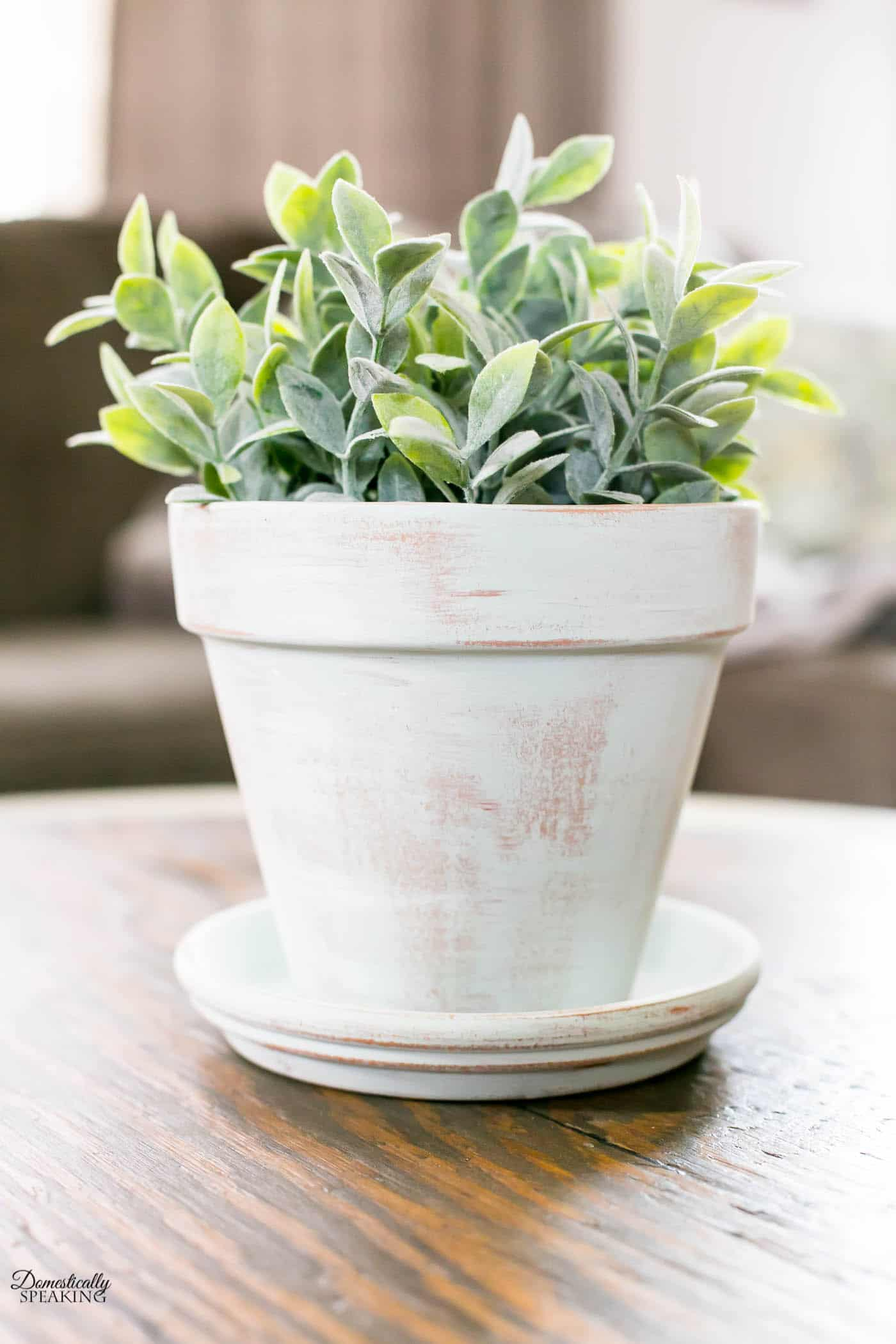 DIY Aged Terracotta Pot with paint! Get that worn look for your terra cotta pots using this blend of paints.