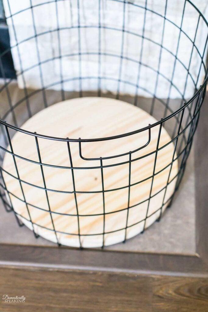 Wood Round in a Black Matte Basket